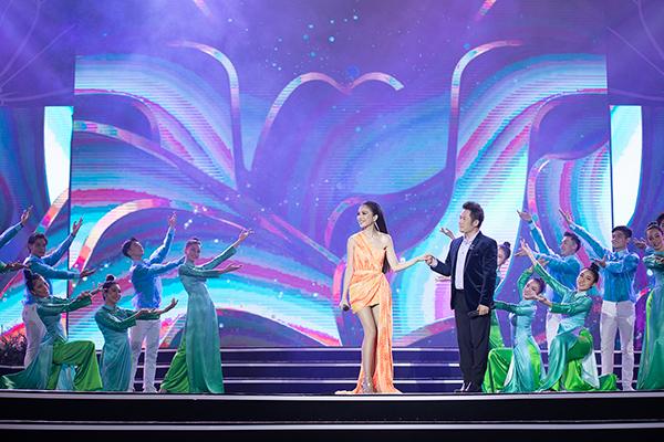 """Hiền Thục, Bằng Kiều cùng """"song Trường"""" tái ngộ khán giả tại đêm Bán kết Hoa hậu Việt Nam 2020 - Ảnh 3"""