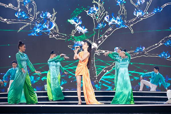 """Hiền Thục, Bằng Kiều cùng """"song Trường"""" tái ngộ khán giả tại đêm Bán kết Hoa hậu Việt Nam 2020 - Ảnh 1"""
