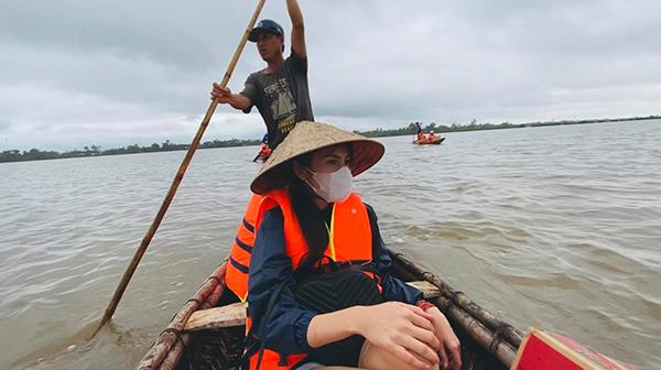 Thủy Tiên từng suýt bị lật thuyền khi cứu trợ mùa lũ - Ảnh 1