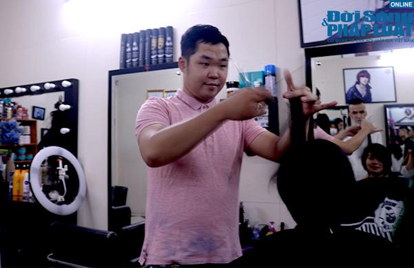 """Chàng trai nghị lực và tiệm cắt tóc """"giao tiếp bằng nụ cười"""" giữa lòng Hà Nội - Ảnh 2"""