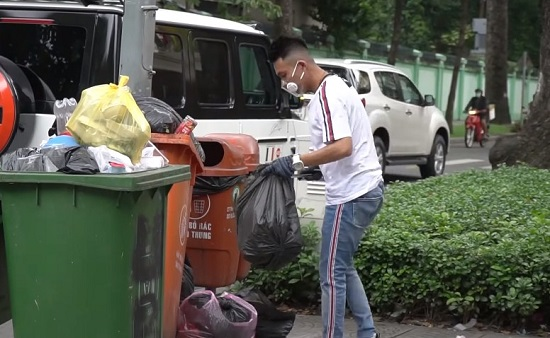 Siêu xe 13 tỷ đại gia Minh nhựa xuống phố nhặt rác có gì đặc biệt? - Ảnh 2