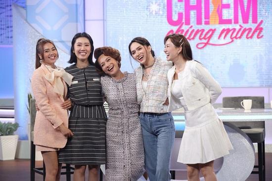 """Hương Giang bị khán giả nhận xét ăn mặc cầu kì trên sóng truyền hình, chiếm """"spotlight"""" của Hari Won và đàn chị - Ảnh 2"""