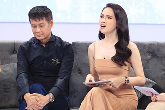 """Hương Giang bị khán giả nhận xét ăn mặc cầu kì trên sóng truyền hình, chiếm """"spotlight"""" của Hari Won và đàn chị - Ảnh 4"""