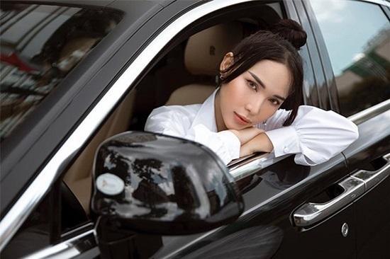 """""""Bạn thân Ngọc Trinh"""" sở hữu xế hộp Rolls Royce 25 tỷ đồng. - Ảnh 2"""