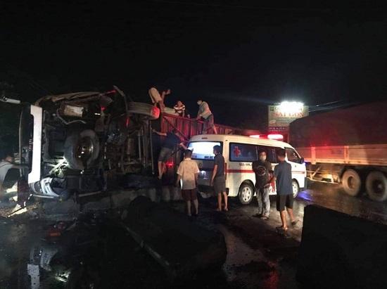 Hiện trường vụ tai nạn nghiêm trọng lúc nửa đêm, 1 người chết, 19 nạn nhân bị thương - Ảnh 1
