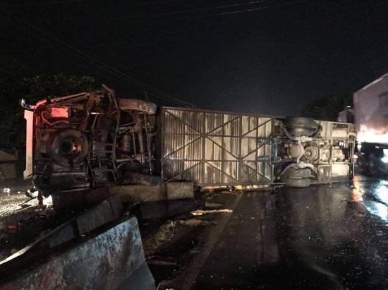 Hiện trường vụ tai nạn nghiêm trọng lúc nửa đêm, 1 người chết, 19 nạn nhân bị thương - Ảnh 3