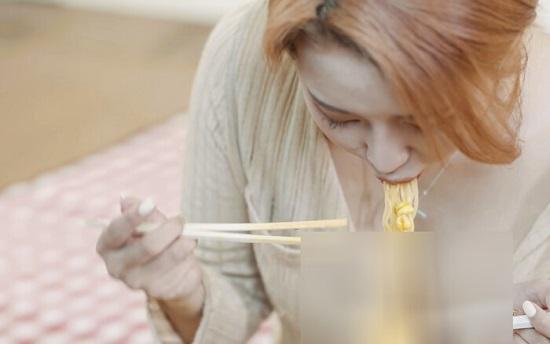 """Cố ý trễ nải khoe vòng một lúc ăn mì để """"câu view"""", nữ youtuber bị lên án dữ dội - Ảnh 1"""