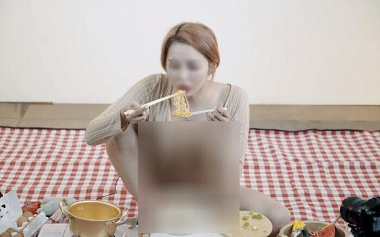 """Cố ý trễ nải khoe vòng một lúc ăn mì để """"câu view"""", nữ youtuber bị lên án dữ dội - Ảnh 3"""