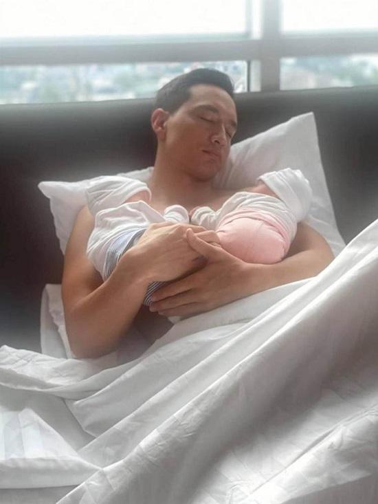 Lộ bức ảnh đầu tiên ghi lại khoảnh khắc Subeo bên 2 bé sinh đôi của Hà Hồ - Ảnh 2