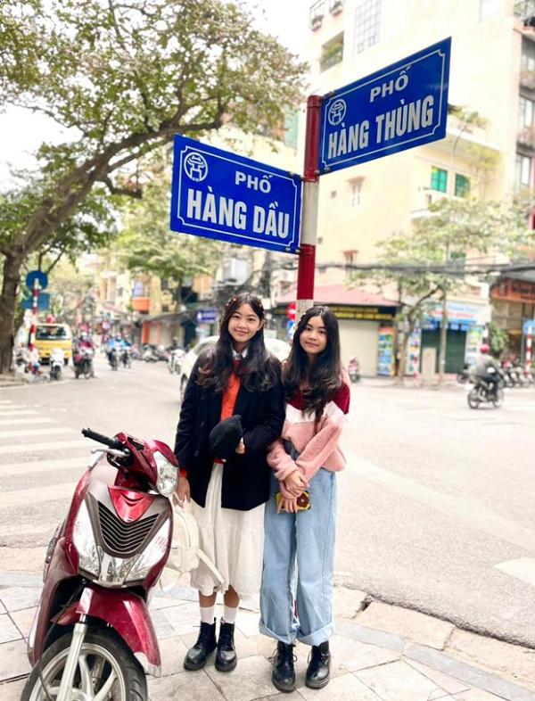 2 công chúa nhà MC Quyền Linh tạo dáng giữa phố phường Hà Nội, ngoại hình nổi bật khiến ai cũng trầm trồ - Ảnh 2