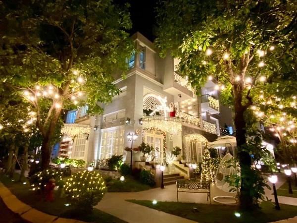 Vợ chồng Thúy Hạnh trang hoàng căn biệt thự 12 tỷ lộng lẫy đón Giáng sinh khiến dân trình trầm trồ - Ảnh 1