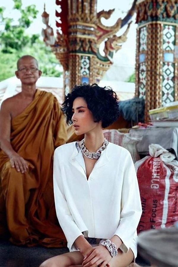"""Sao Việt bị ném đã dữ dội vì ăn mặc """"thiếu vải"""" đi chùa: Minh Tú diện áo quá ngắn, Hoàng Thùy như không có quần - Ảnh 3"""
