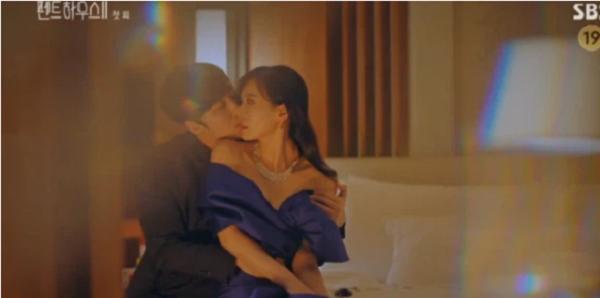 """Penthouse 2 (Cuộc Chiến Thượng Lưu 2) tập 1: Vừa mở màn đã bắt ngay cảnh Cheon Seo Jin """"ngoại tình"""" với chồng cũ - Ảnh 1"""