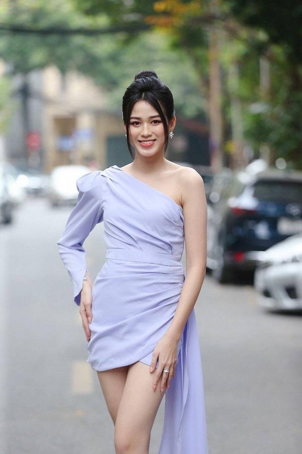 Đỗ Thị Hà chứng tỏ đẳng cấp thân hình ngày càng chuẩn, chinh phục thành công kiểu váy từng để lộ bụng mỡ - Ảnh 1