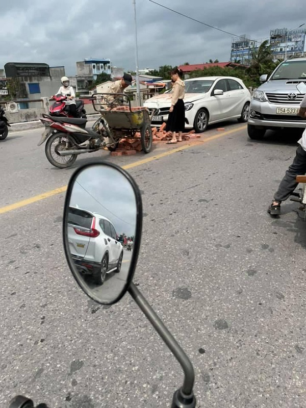 Xe xích lô chở gạch đâm trúng Mercedes, nữ tài xế bất lực nhìn đầu xe biến dạng - Ảnh 1
