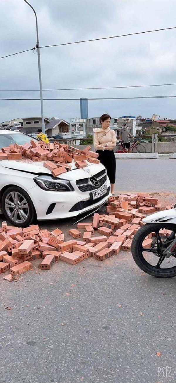 Xe xích lô chở gạch đâm trúng Mercedes, nữ tài xế bất lực nhìn đầu xe biến dạng - Ảnh 3