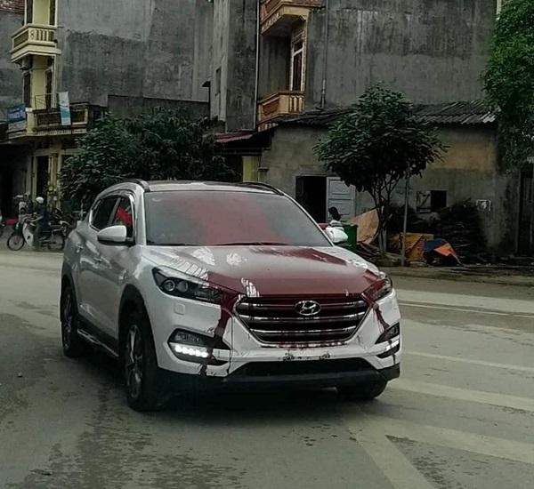 Đang yên đang lành, ô tô 7 trắng tinh khôi bỗng bị đổ sơn đỏ khắp dân mạng bức xúc - Ảnh 1