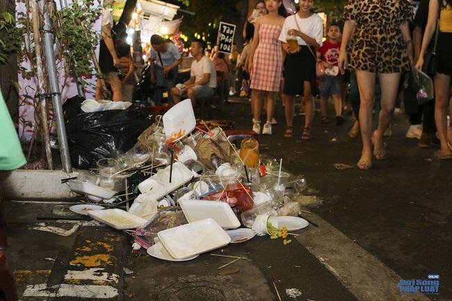"""Ngán ngẩm cảnh """"phố Trung thu"""" Hà Nội ngâp trong rác thải, cốc nhựa, túi nilong vương vãi khắp nơi - Ảnh 5"""