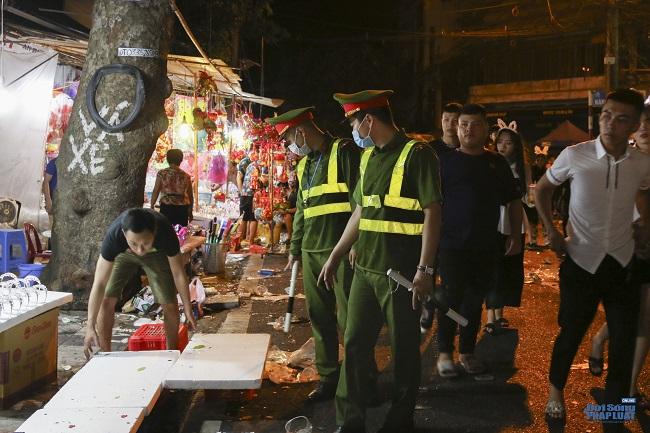 """Ngán ngẩm cảnh """"phố Trung thu"""" Hà Nội ngâp trong rác thải, cốc nhựa, túi nilong vương vãi khắp nơi - Ảnh 10"""