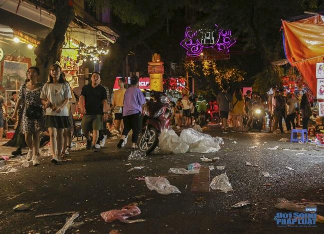 """Ngán ngẩm cảnh """"phố Trung thu"""" Hà Nội ngâp trong rác thải, cốc nhựa, túi nilong vương vãi khắp nơi - Ảnh 7"""
