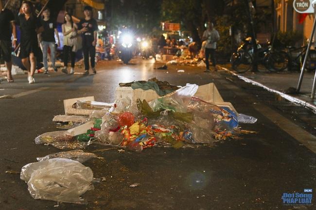 """Ngán ngẩm cảnh """"phố Trung thu"""" Hà Nội ngâp trong rác thải, cốc nhựa, túi nilong vương vãi khắp nơi - Ảnh 14"""