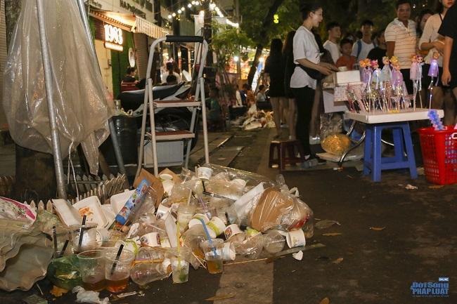 """Ngán ngẩm cảnh """"phố Trung thu"""" Hà Nội ngâp trong rác thải, cốc nhựa, túi nilong vương vãi khắp nơi - Ảnh 3"""