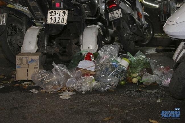 """Ngán ngẩm cảnh """"phố Trung thu"""" Hà Nội ngâp trong rác thải, cốc nhựa, túi nilong vương vãi khắp nơi - Ảnh 8"""
