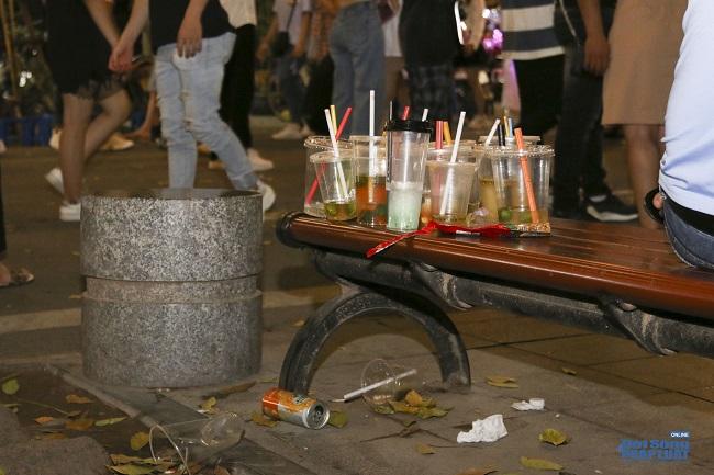 """Ngán ngẩm cảnh """"phố Trung thu"""" Hà Nội ngâp trong rác thải, cốc nhựa, túi nilong vương vãi khắp nơi - Ảnh 9"""