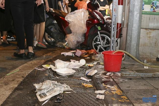 """Ngán ngẩm cảnh """"phố Trung thu"""" Hà Nội ngâp trong rác thải, cốc nhựa, túi nilong vương vãi khắp nơi - Ảnh 4"""