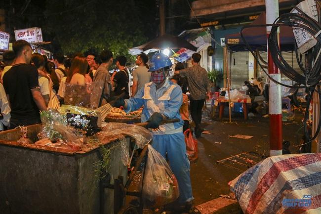 """Ngán ngẩm cảnh """"phố Trung thu"""" Hà Nội ngâp trong rác thải, cốc nhựa, túi nilong vương vãi khắp nơi - Ảnh 11"""