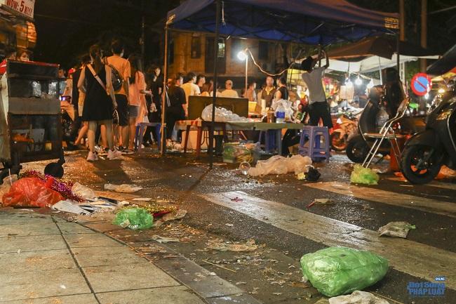 """Ngán ngẩm cảnh """"phố Trung thu"""" Hà Nội ngâp trong rác thải, cốc nhựa, túi nilong vương vãi khắp nơi - Ảnh 2"""