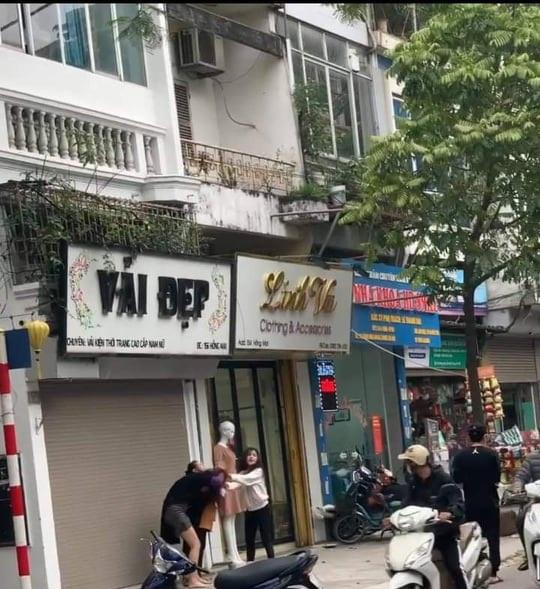 """Hà Nội: Làm rõ vụ 2 cô gái ẩu đả giữa phố, nhóm thanh niên cầm """"dao phóng lợn"""" đến hỗ trợ - Ảnh 1"""