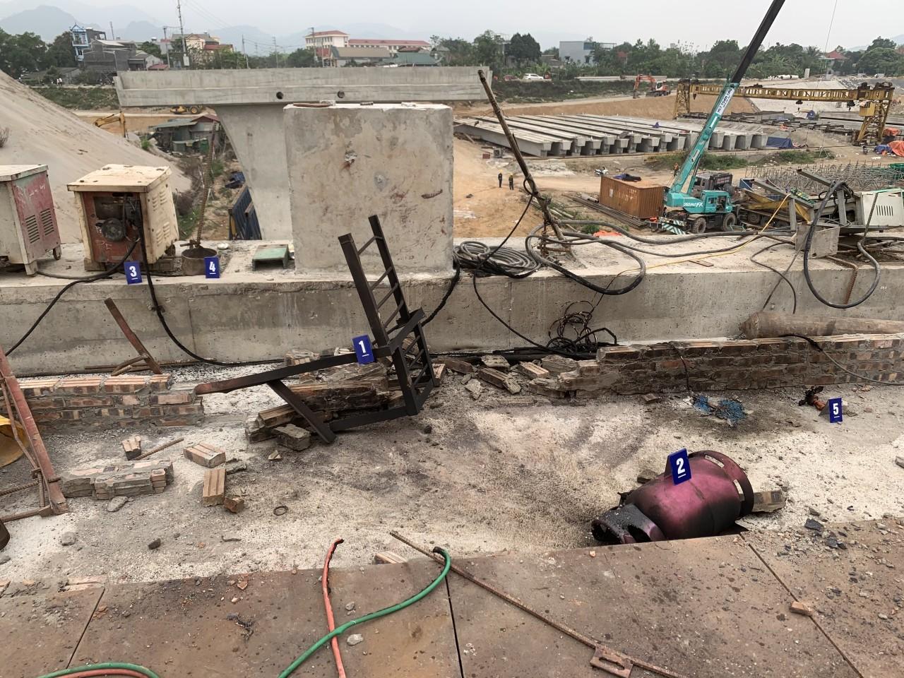Điều tra nguyên nhân công nhân công trình Cầu Hòa Bình 2 tử vong - Ảnh 1