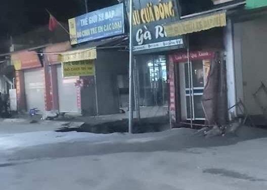 """Hà Nội: Xuất hiện hố """"tử thần"""", sơ tán khoảng 20 hộ dân - Ảnh 1"""