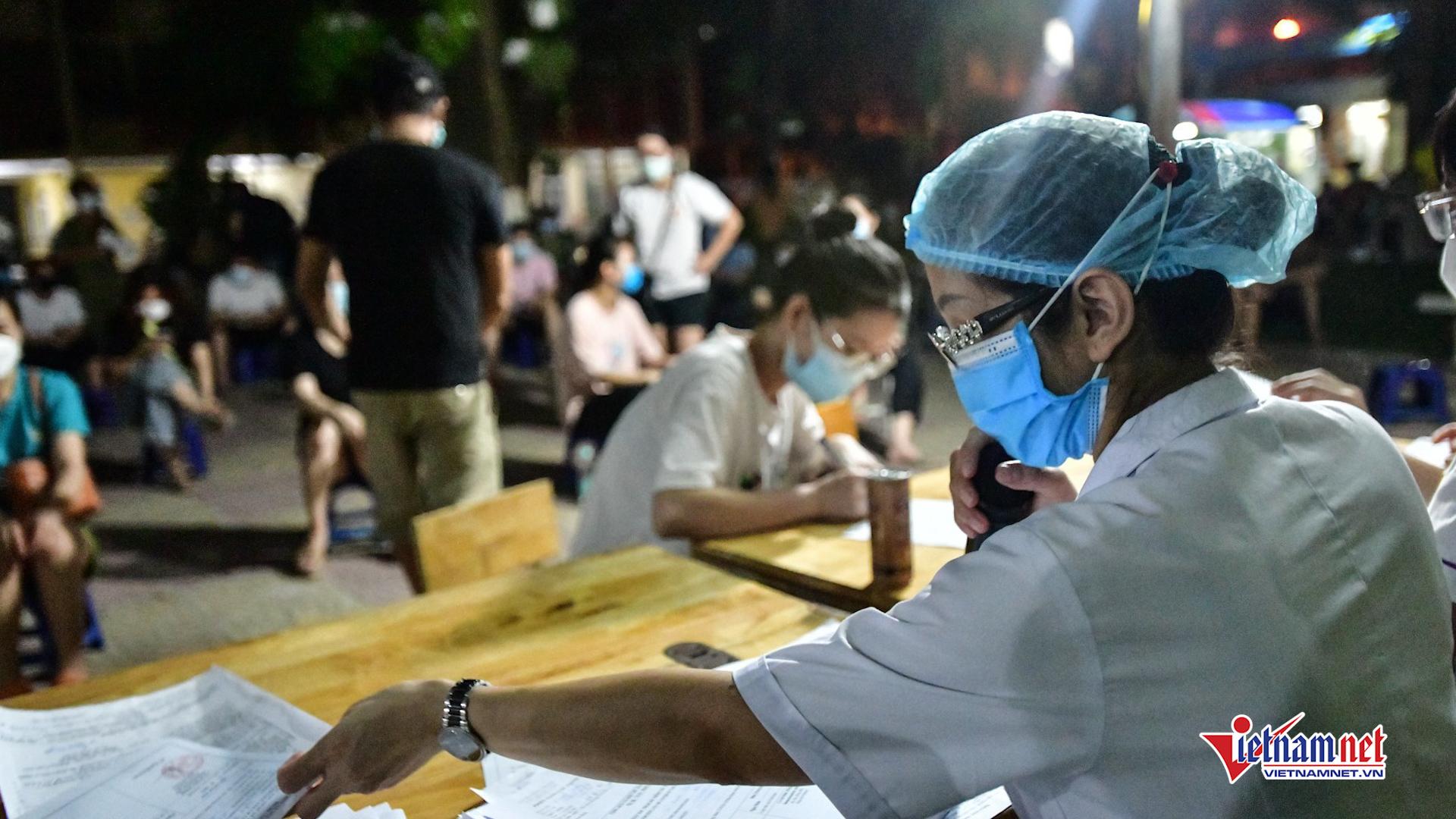 vu nguoi dan chen lan tap trung dong duc tai diem tiem vaccine yeu cau bi thu chu tich phuong rut kinh nghiem dspl 2