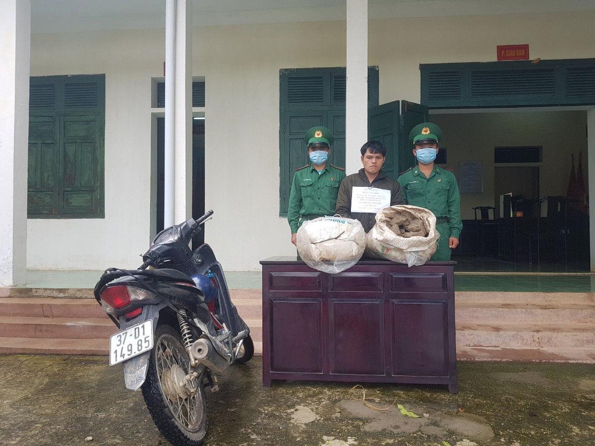 bat qua tang doi tuong van chuyen trai phep 100 kg thuoc bom