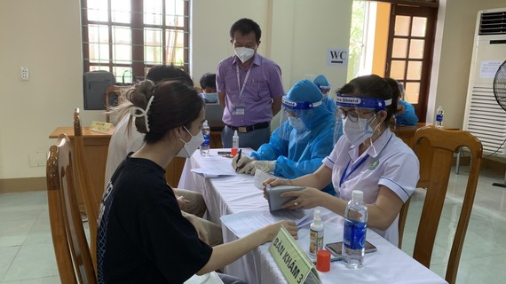 quang binh nu giao vien tiem 2 mui vaccin ngua covid 19 chi trong 10 phut