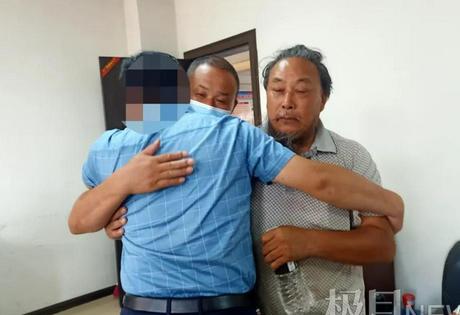 Đoàn tụ gia đình sau 30 năm bị bắt cóc, người đàn ông ôm bố khóc nức nở - Ảnh 1.