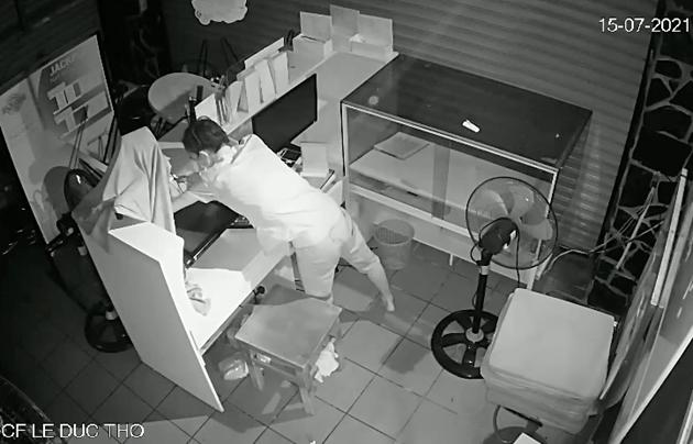 video ke trom deo khau trang vet sach do trong quan ca phe o tp hcm gay phan no