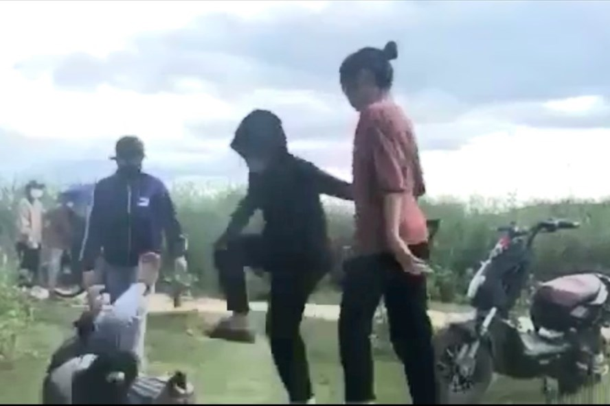 vu clip nu sinh quang binh bi danh hoi dong lo dien nguoi quay clip tung len mang xa hoi