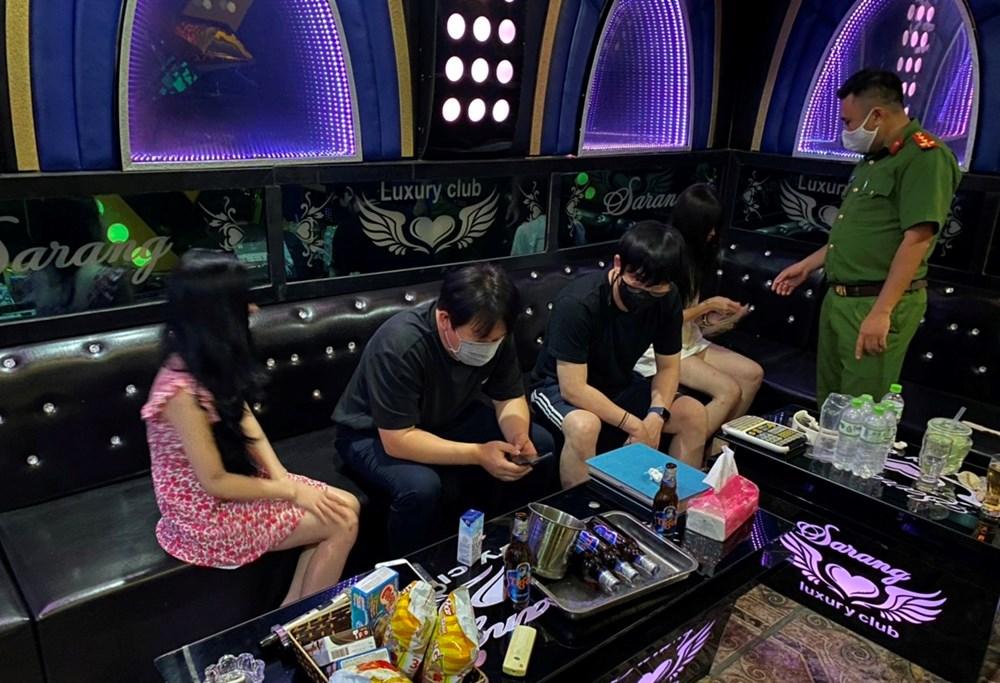 dot kich karaoke ori bat qua tang 3 chan dai phuc vu 5 khach nuoc ngoai