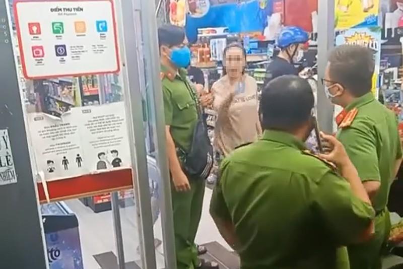 khong deo khau trang nguoi phu nu gay roi tai cua hang dspl