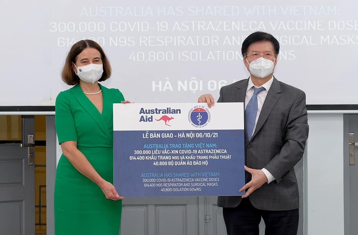 bo y te tiep nhan 300 000 lieu vaccine astrazeneca va trang thiet bi chong dich tu australia1