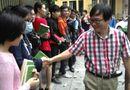 Chuyện làng sao - Độc giả Hà Nội xếp hàng trong mưa xin chữ ký Nguyễn Nhật Ánh
