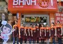 """Tin tức giải trí - Hàng trăm người xếp hàng mua bánh mì của """"Vua đầu bếp"""" Minh Nhật"""