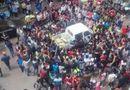 Cộng đồng mạng - Bắt nạt bà bán chuối, xe của quản lý đô thị bị 1000 học sinh vây