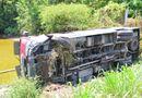 Tin trong nước - Hi hữu: Xe khách lao xuống ao, 17 người thoát nạn trong gang tấc