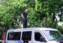 Tin trong nước - Ảo thuật gia 9X ngồi lơ lửng trên nóc ô tô đọc báo ở Hà Nội