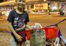 Cộng đồng mạng - Chạnh lòng cậu bé yếu não bán hạc giấy bươn chải kiếm sống