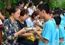 Gia đình - Tình yêu - Bạn trẻ Trung Quốc quỳ gối bón cơm cho bố mẹ để bày tỏ lòng hiếu thảo